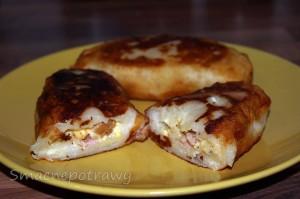 Krokiety ziemniaczane z serem, kiełbasą i jajkiem to doskonałe danie na bardzo pyszny i apetyczny obiad. Polecam podawać go np. z sosem koperkowym, czosnkowym bądź grzybowym. Najlepiej do krokietów smakuje surówka z kapusty pekińskiej.