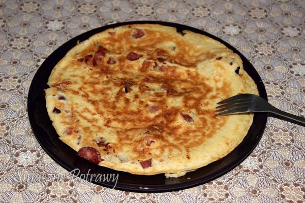 Błyskawiczny omlet z serem, kiełbasą i bekonem