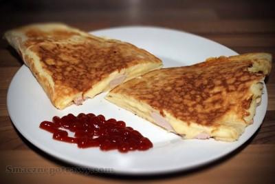 Omlet z szynką i żółtym serem
